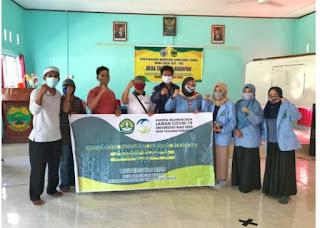 Tim KKN Relawan Covid-19 Unri Bantu Desa Tanjung Harapan Bagikan BLT