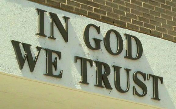 """Lema """"In God We Trust"""" (En Dios Confiamos) en escuela"""