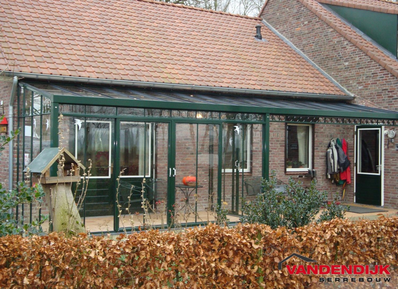 Het huis van de baksteen van nice met veranda stock afbeelding