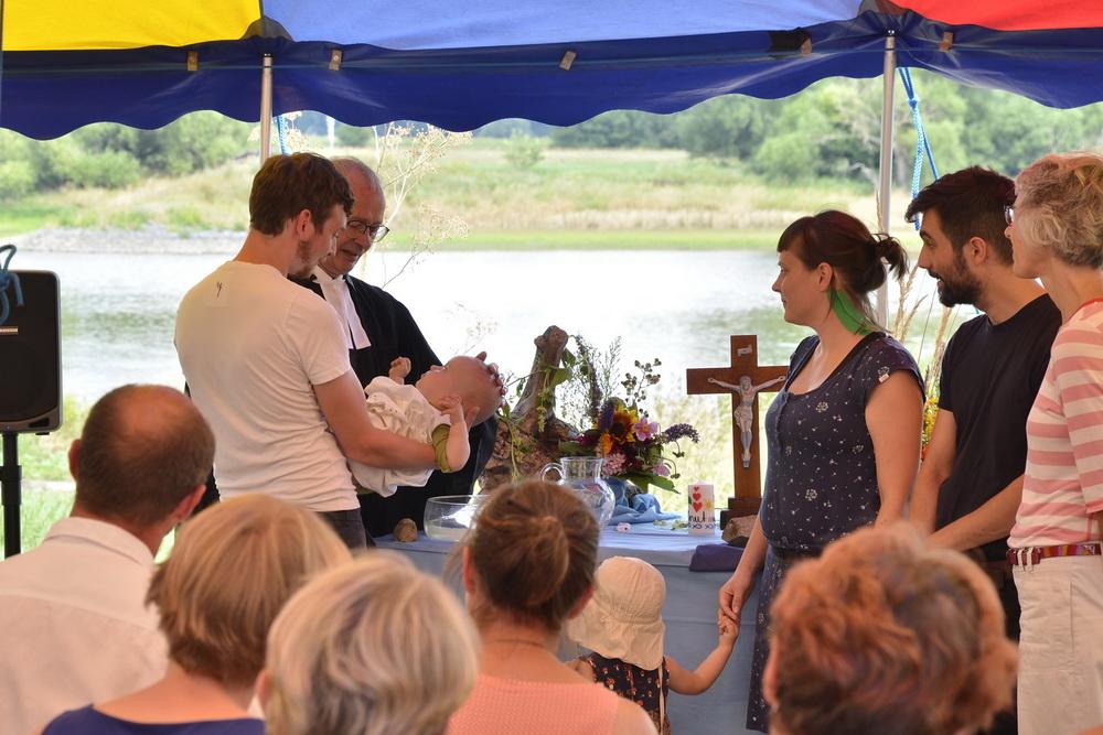 Elbe Saale Camp Elbe Andacht Und Taufe