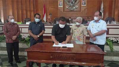 menandatangani persetujuan bersama