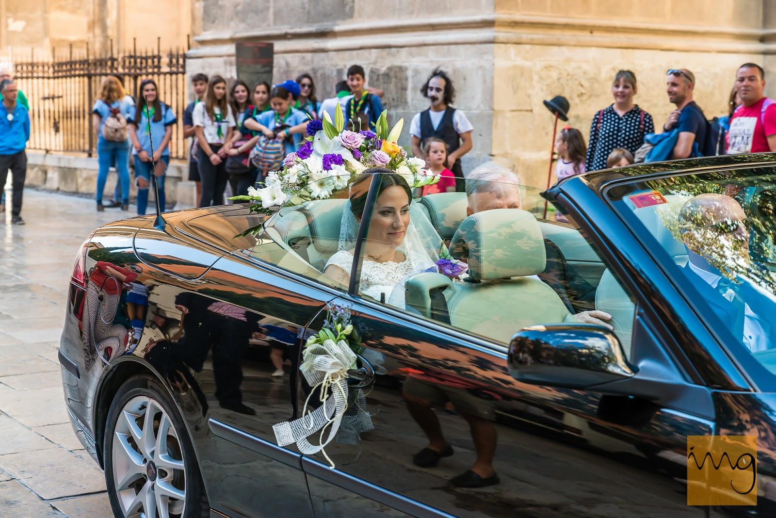 Fotografía de la novia llegando en el coche