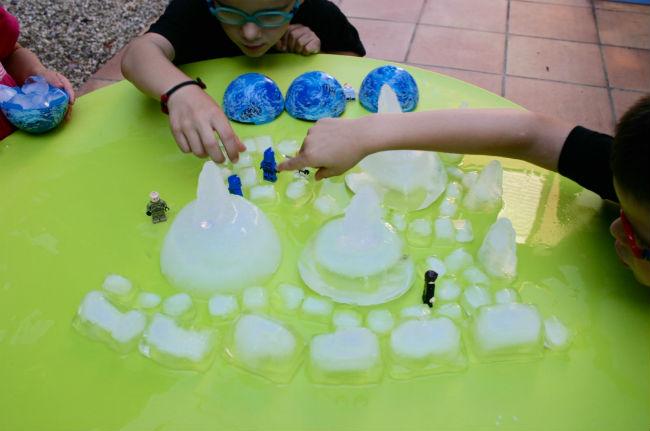 actividades y juegos refrescantes para niños aire libre, hielo