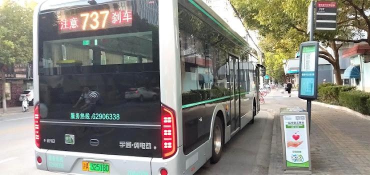 中国製の電動バスの後部からの写真
