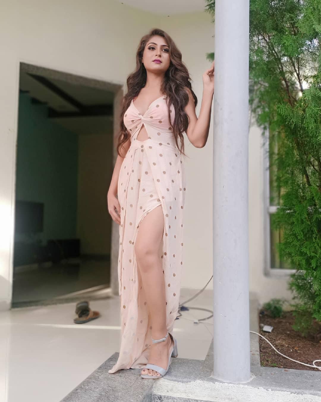 Ullu Saali Aadhi Gharwaali Web Series Actress Hiral Radadiya (Shalini And Kamini) Instagram Hot Photos