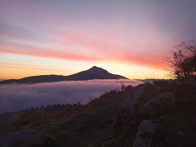 Silueta del Larrun amaneciendo en Ibardin