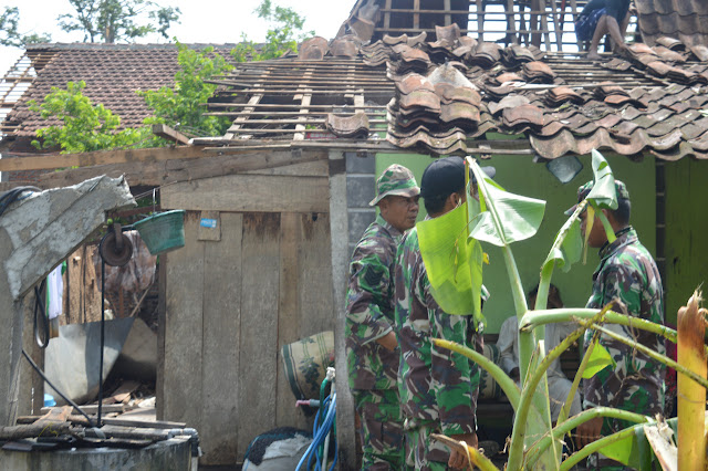Babinsa Pos Kebonagung Bantu Korban Angin Puting Beliung
