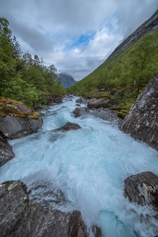 Река между год