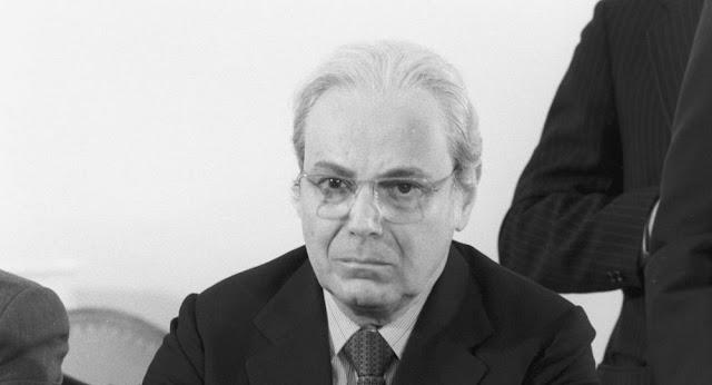وفاة خافيير بيريز دي كويلار، الأمين العام السابق للأمم المتحدة.