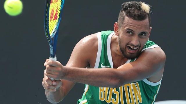 Vestindo uma camiseta do Boston Celtics, da NBA, Nick Kyrgios treina para o US Open