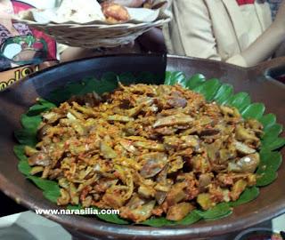 Suka Makan Pedas? Cobain Makan Nasi Tutug Oncom di Warteg Bakoel Ussy