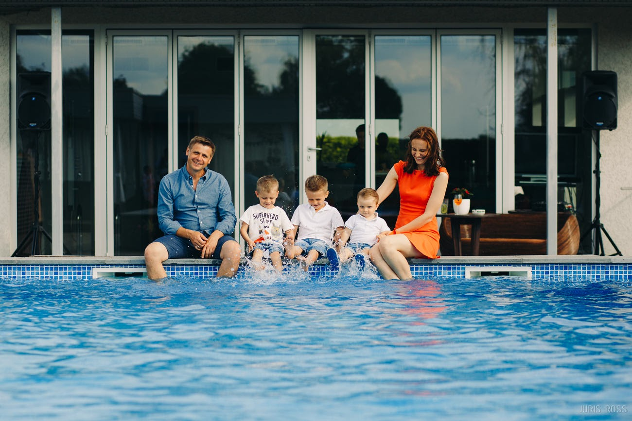 ģimenes fotosesija privātmājas baseins