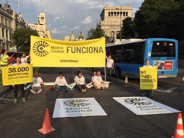 Greenpeace corta la calle Alcalá en protesta por el desmantelamiento de Madrid Central