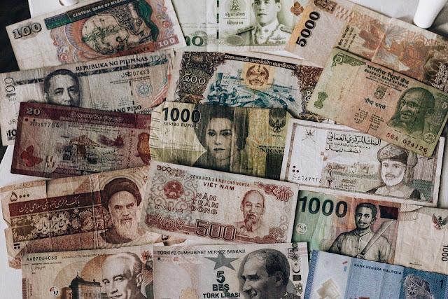 finanse w podróżach, banknoty azjatyckie, gotówka w podróży, karta płatnicza na podróż