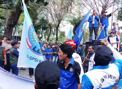 Ratusan Buruh Geruduk Kantor DPRD Medan, Tolak RUU Cilaka