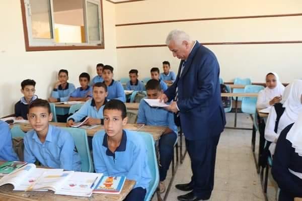 وكيل وزارة التربية والتعليم يقرر تقديم شهادتى تقدير لمديرى مدرستين بوادى النطرون