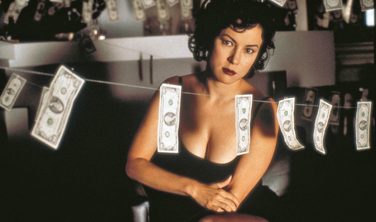 Jennifer Tilly begutachtet die Geldwäsche in BOUND (1996)
