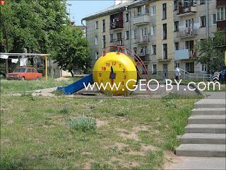 Минск. Район Тракторного завода. Детская горка-часы
