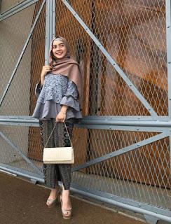 Model kebaya brokat modern hijab warna biru