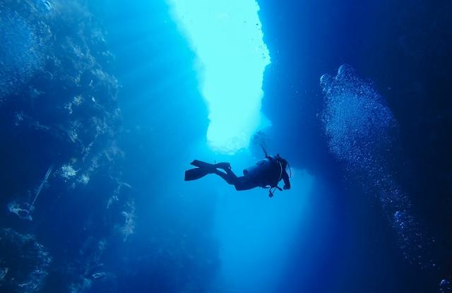 Jinn Cave merupakan spot favorit para penikmat wisata bawah laut Taman Laut Olele