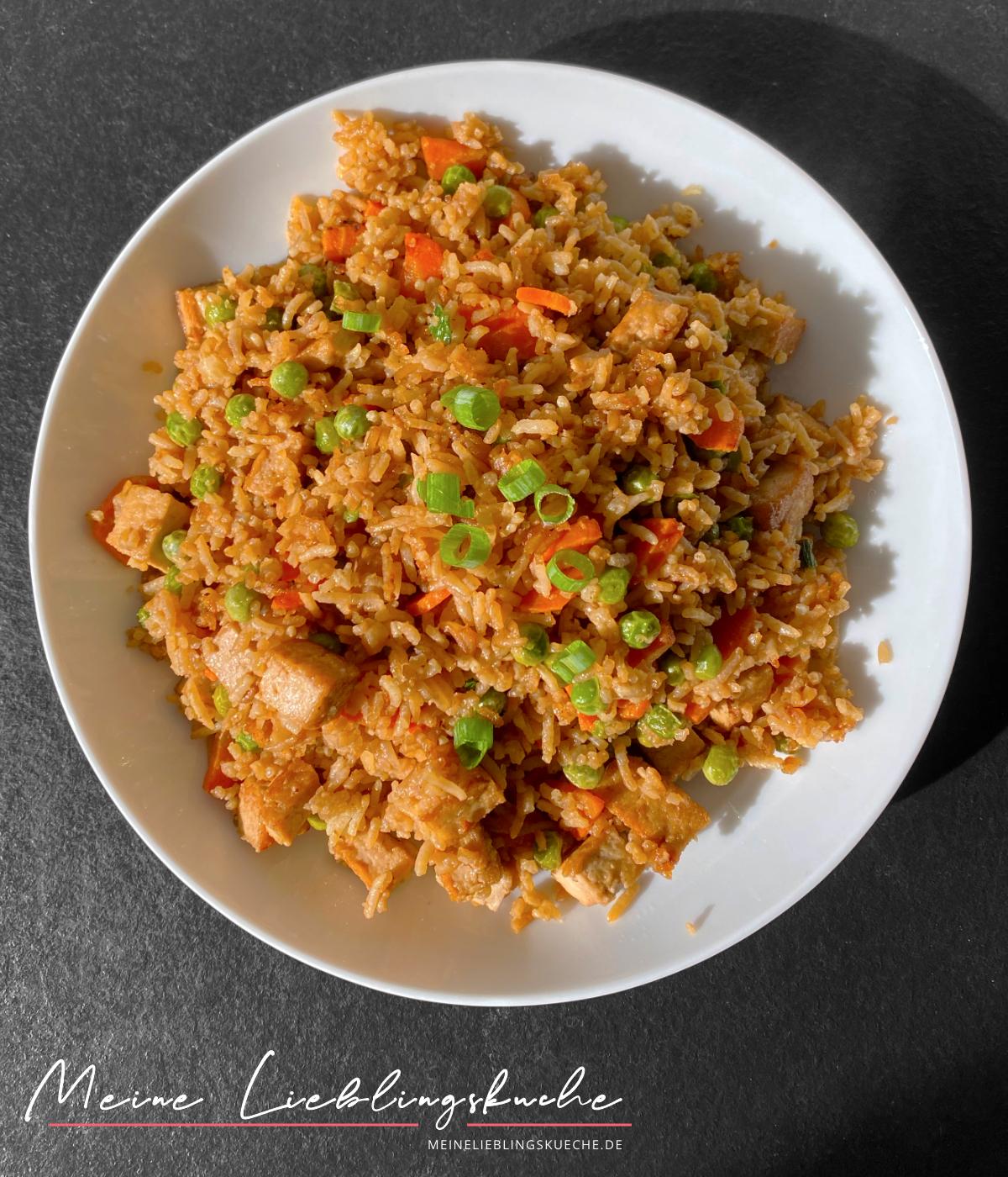 Gebratener Reis mit knusprigem Tofu und Gemüse