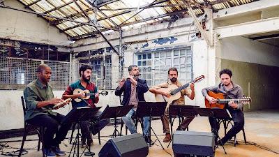 Músicos tocando chorinho na série 'Roda de Choro' (Foto: Divulgação/Curta!)