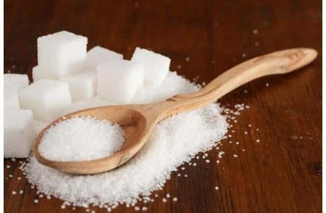चीनी एक प्रकार का सरल कार्बोहाइड्रेट है जिसे शरीर ग्लूकोज में परिवर्तित करता है और ऊर्जा के लिए उपयोग करता है। लेकिन शरीर और समग्र स्वास्थ्य पर प्रभाव चीनी के सेवन के प्रकार पर निर्भर करता है, चाहे वह प्राकृतिक हो या परिष्कृत। फलों में फ्रुक्टोज के रूप में और दूध और पनीर जैसे डेयरी उत्पादों में लैक्टोज के रूप में प्राकृतिक चीनी पाई जाती है। इसमें आवश्यक पोषक तत्व होते हैं जो शरीर को स्वस्थ रखते हैं और बीमारी को रोकने में मदद करते हैं। चीनी के प्राकृतिक स्रोत धीरे-धीरे पचते हैं और आपको लंबे समय तक भरा हुआ महसूस करने में मदद करते हैं। यह आपके चयापचय को बनाए रखने में भी मदद करता है।    प्राकृतिक चीनी बनाम परिष्कृत चीनी परिष्कृत चीनी में सफेद चीनी, ब्राउन शुगर, नारियल चीनी, गन्ना चीनी, पाम चीनी, उच्च फ्रुक्टोज कॉर्न सिरप शामिल हैं। ये सभी शक्कर मुख्य रूप से पौधों से आते हैं, लेकिन किसी तरह संशोधित या आसान, मीठी महंगी चीनी में परिष्कृत होते हैं, इसलिए परिष्कृत चीनी के आपके सेवन में वृद्धि से मोटापे की दर बढ़ जाती है, जो कैंसर के बढ़ते जोखिम से जुड़ी है।  चीनी के निम्न और उच्च स्रोत  जब फल से चीनी निकाली जाती है, तो साथ में मौजूद फाइबर चीनी अवशोषण की दर को धीमा कर देता है। ऐसा इसलिए है क्योंकि पूरे खाद्य पदार्थों में पाई जाने वाली प्राकृतिक शर्करा रिफाइंड चीनी के रूप में तेजी से रक्त शर्करा के स्तर को नहीं बढ़ाती है। स्ट्रॉबेरी, रसभरी और काली मटर प्राकृतिक चीनी में सबसे कम होती है, जबकि नट्स, केले और आम में सबसे ज्यादा चीनी होती है। फलों का रस भी चीनी में बहुत अधिक है, इसलिए इसके बजाय पूरे फलों का चयन करें। यहां तक कि अगर आप पूरे फलों और रसों से समान मात्रा में कैलोरी प्राप्त करते हैं, तो आपके चयापचय का प्रभाव बहुत अलग है। इस तरह जूस कमोबेश पूरे सोडा की तरह ही होता है।
