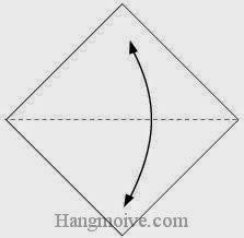 Bước 1: Gấp đôi tờ giấy để tạo nếp gấp, sau đó lại mở ra.