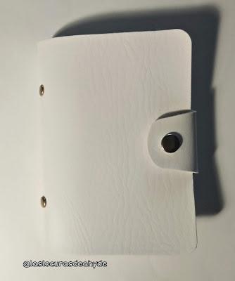 estuche blanco en  forma de librillo para guardar placas de estampacion