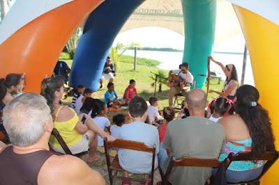 O encanto, a música e a poesia da Cia Arteirinhas no Porto da Balsa