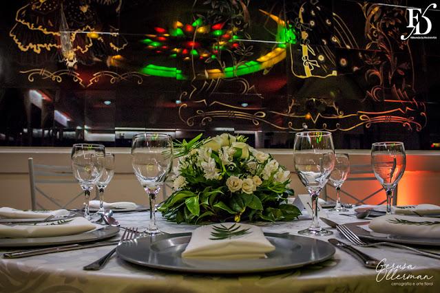 festa de aniversário de 20 anos da loja maçônica gusmão fortunato em porto alegre realizada no salão cristal do clube do comércio na rua dos andradas em porto alegre pro fernanda dutra eventos cerimonialista em porto alegre festa com decoração masculina em verde prata e branco