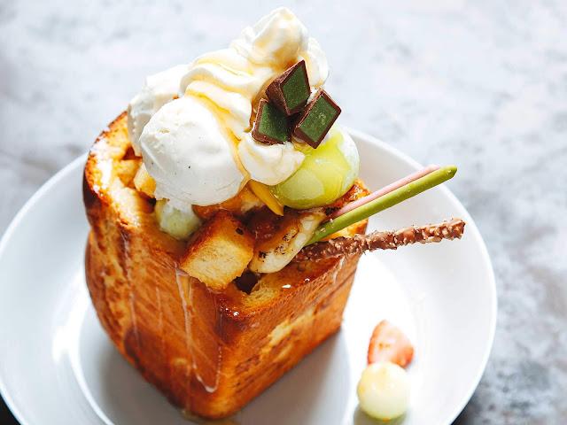 Món bánh này ra đời ở khu vực mua sắm sầm uất nổi tiếng của Nhật Bản - Shibuya. Đây là món bánh mì ruột mềm, được nướng với bơ và siro lá phong hoặc mật ong, ăn kèm trái cây và kem viên. Shibuya toast là sự kết hợp hoàn hảo giữa sự giòn rụm của bánh mì nướng, vị ngọt ngào của siro và chút mát lạnh của kem tươi.