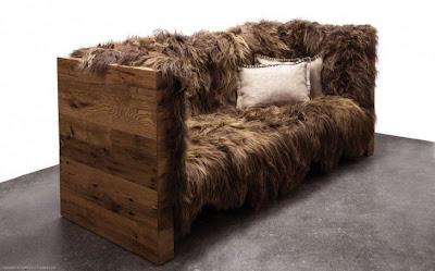 Sillón peludo hecho con madera