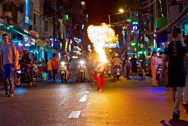 Before becoming the walking street, what attractive does Bui Vien 'west street ' see - eat - play rendezvous look like?