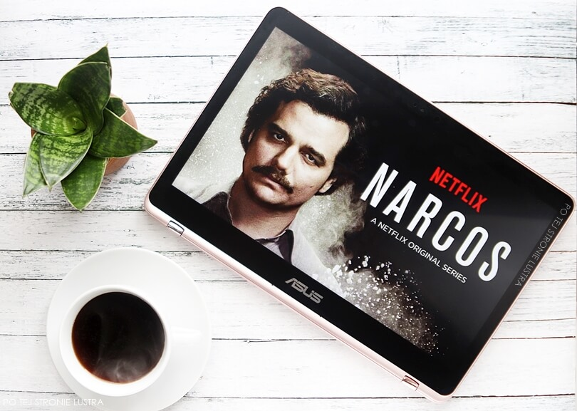 plakat z serialu narcos na ekranie asus zenbook flip
