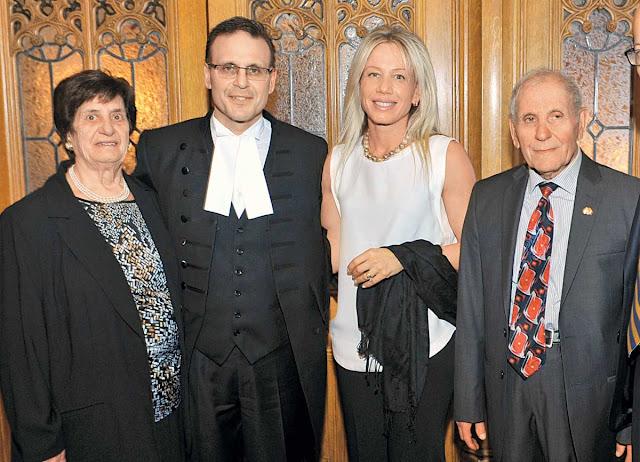 Η ελληνική φλέβα είναι δυνατή και πάντα νιώθω την υποχρέωση να υπερασπίζομαι τα εθνικά μας θέματα, τονίζει ο γερουσιαστής με καταγωγή από τη Μάνη, Λέο Χουσάκος. Στη φωτογραφία πάνω, με τη σύζυγό του και τους γονείς του.
