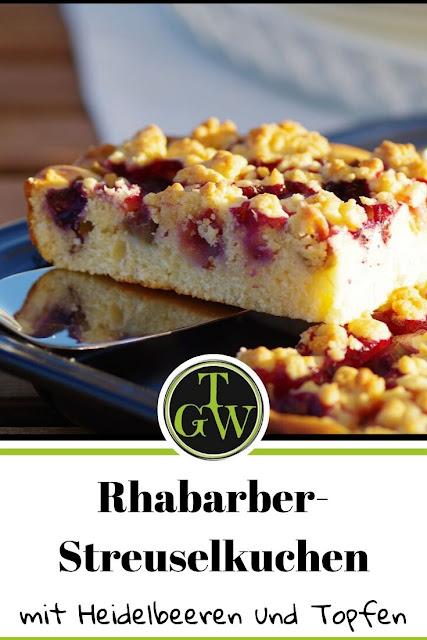 Rhabarber-Streuselkuchen mit Heidelbeeren #rhabarberkuchen #streuselkuchen #rhabarberstreuselkuchen #heidelbeeren #rhabarbermitheidelbeeren #kuchenzeit #kuchen #saisonales - Gartenblog Foodblog Topfgartenwelt