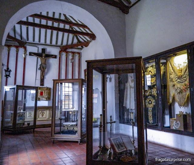 Exposição de peças sacras coloniais na Capela da Crucificação do Mosteiro de Ecce Homo, Colômbia