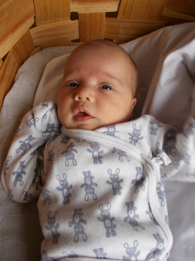 vauva luomuvaatteissa