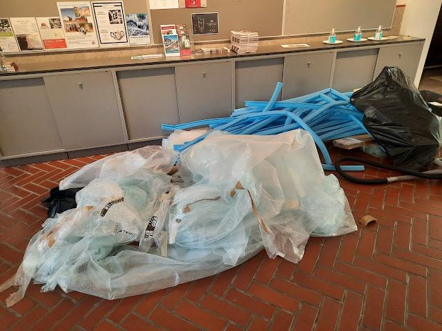 Läjä muoviroskaa taidemuseon lattialla.