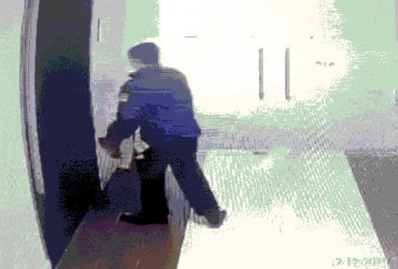 Phẫn nộ người đàn ông nghi là Trung tá, bác sĩ ở Học viện Quân Y Hà Nội 'đái bậy' ở sảnh chung cư