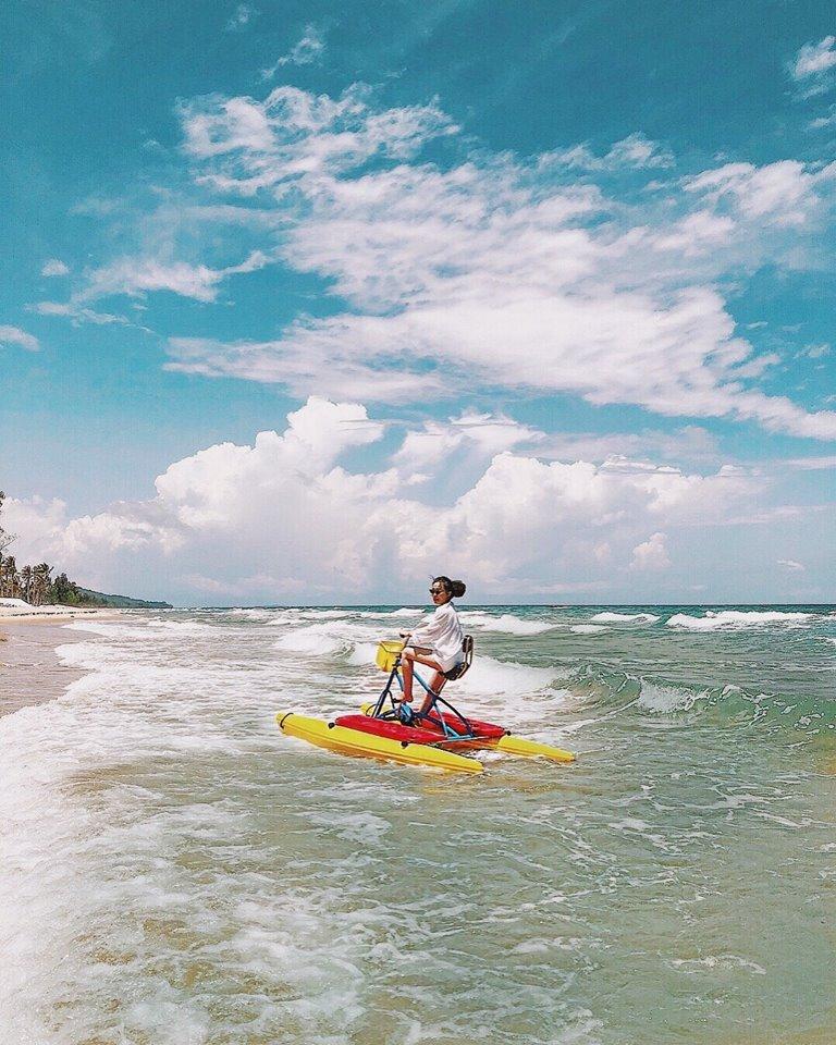 Hà Trúc chơi trò lướt sóng