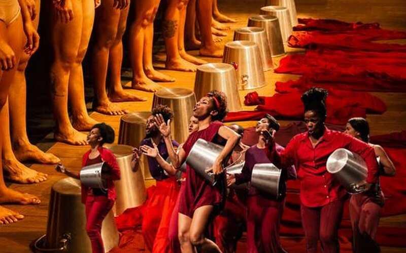 """Os dados são alarmantes: 75% das mulheres assassinadas no Brasil são negras, de acordo com levantamento feito pelo G1. Fundamentado nesses índices, o Coletivo Emaranhado criou o espetáculo colaborativo de dança contemporânea """"Abajur Cor de Carne - Cartografia pela Dança"""", que denunciava a cultura de violência de gênero que vão de ações sutis no cotidiano até chegar ao feminicídio."""