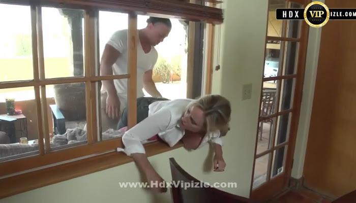 Annesi Pencereye Sıkışınca Fırsatı Değerlendiriyor