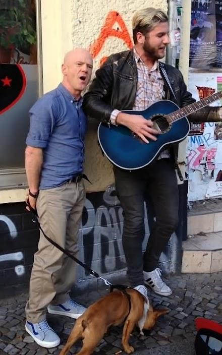 Ein Straßenmusiker singt Smalltown Boy von Bronski Beat und Jimmy Somerville stimmt ein | schönes Viral ( 1 Video )