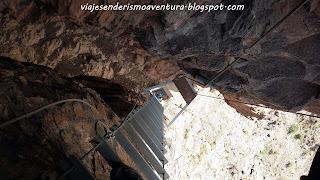 Vista interior de la escalera vertical en la vía ferrata Jesús Beitia