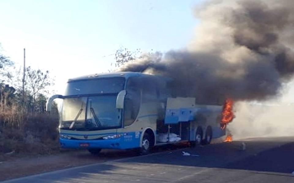 Ônibus da Novo Horizonte pega fogo na Serra de Monte Azul em Minas Gerais