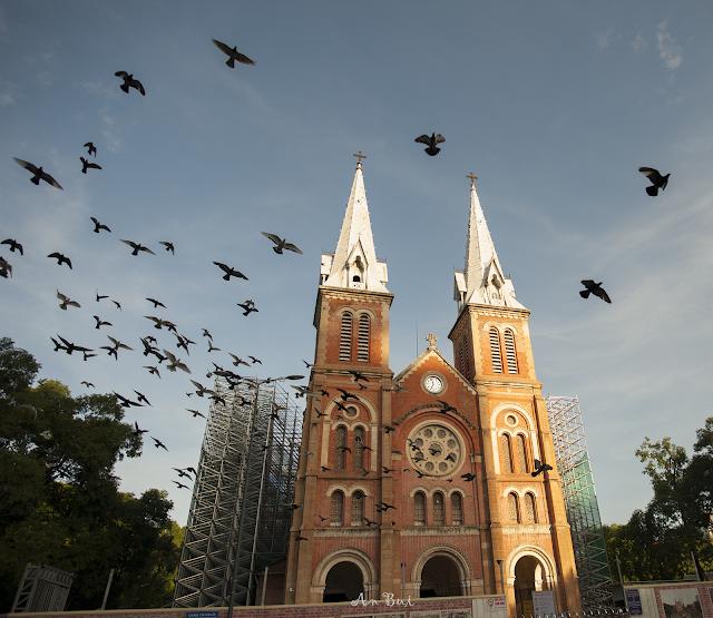 Một sáng tại nhà thờ Đức Bà Sài Gòn