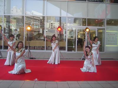 白の衣装のフラダンス