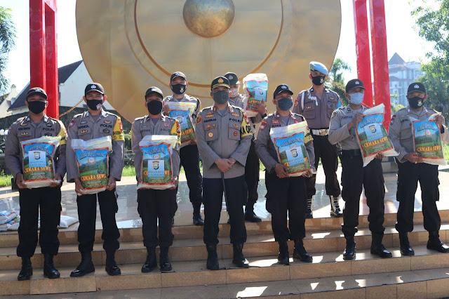 Polres Pelabuhan Makassar Salurkan Bantuan Beras Program Kapolri Tahap II